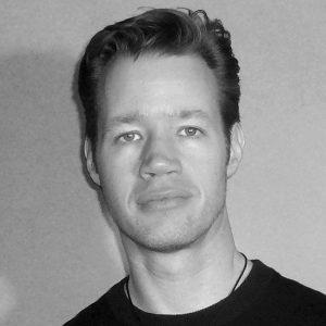 Martin Schlierkamp, geboren 1972 in Köln, ist freiberuflicher Designer und Illustrator. Von 1993 bis 2000 studierte er Visuelle Kommunikation mit den Schwerpunkten Illustration und Fotografie an der FH Düsseldorf. Während des Studiums arbeitete er u. a. als Character- und Setdesigner an verschiedenen Trickfilmproduktionen. Nach dem Studium war er bis 2002 als Konzeptdesigner und Art Director in der PC-Spieleentwicklung beschäftigt. Seitdem ist er freiberuflich für Agenturen, Animationsstudios, Buch-, Comic- und Spieleverlage und für Privatkunden tätig.